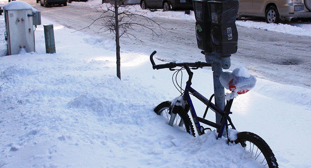 Занесенный снегом велосипед