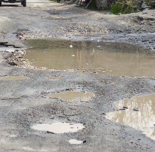 Грунтовая дорога в ямах