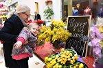 Посетители на Весеннем цветочном базаре в Петровском Пассаже