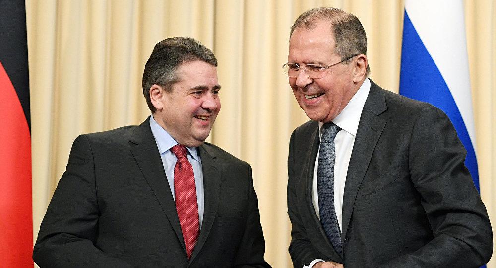 Глава МИД ФРГ Зигмар Габриэль и глава МИД РФ Сергей Лавров