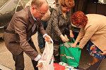 Депутаты ЕП Андрей Мамыкин, Татьяна Жданок и Яна Тоом передают детские молочные смеси в Алеппо
