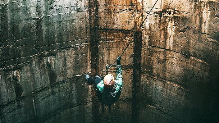 Ракетная база в Тирзе, Кристине спускается в шахту