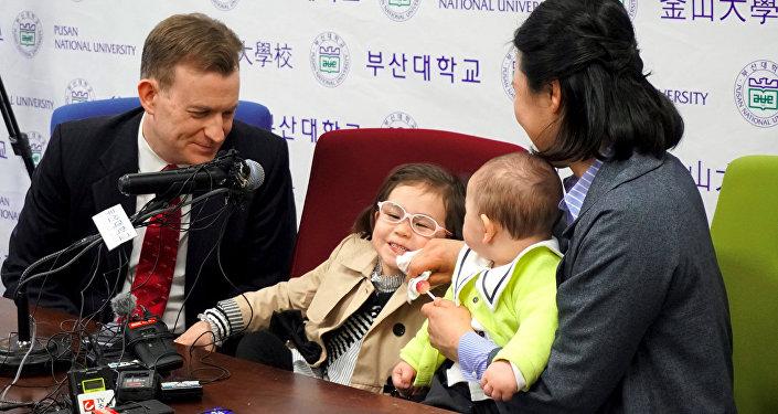 Профессор Роберт Келли со своей семьей