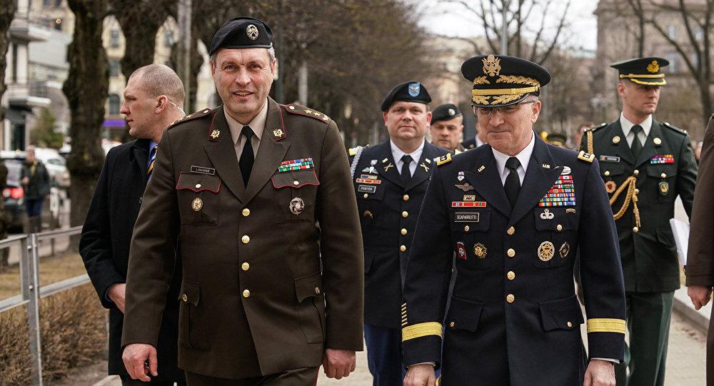 Командир Национальных вооруженных сил Латвии Леонид Калниньш (слева) и Глава Европейского командования вооруженных сил США генерал Кертис Скапарротти