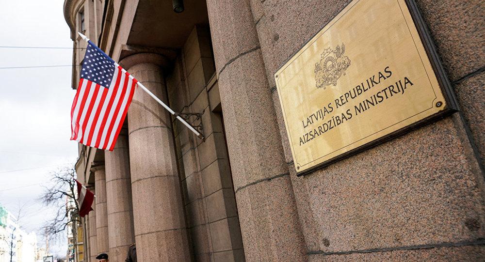 Американский флаг на здании Министерства обороны Латвии