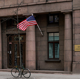 ASV karogs pie Latvijas Aizsardzības ministrijas ēkas