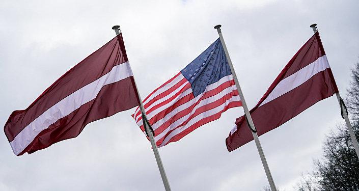 Latvijas un ASV karogi