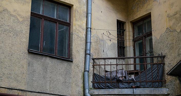 Балкон старого заброшенного дома