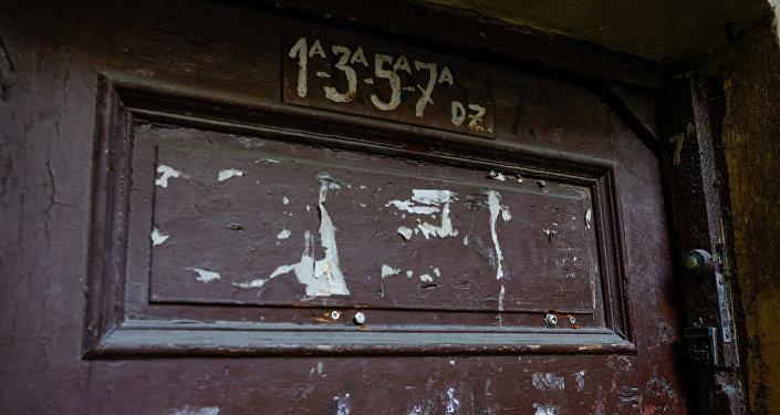Дверь заброшенного дома