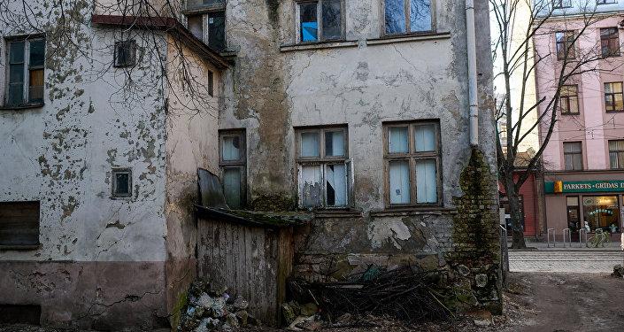 Вид со двора на аварийный дом на улице Миера