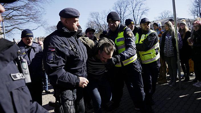 Задержание людей за выкрики Фашизм не пройдет! в адрес легионеров в Риге