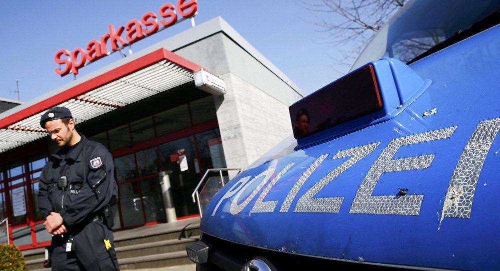 Uzbrucējs Dīsburgas bankā atbrīvojis ķīlnieku un aizbēdzis