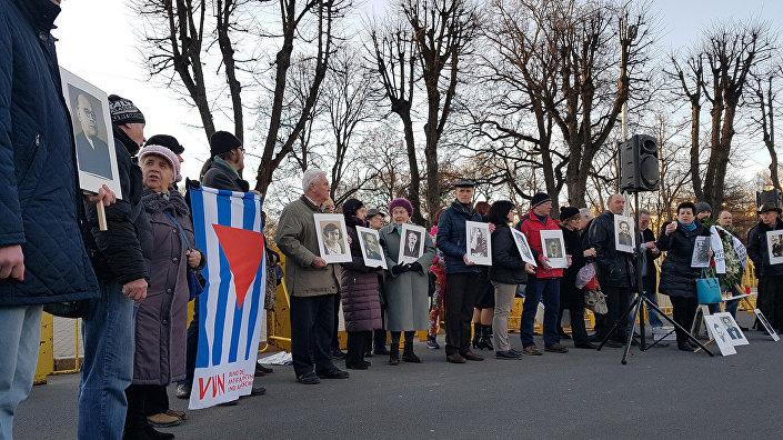 Антифашистский митинг у памятника Свободы вечером 16 марта