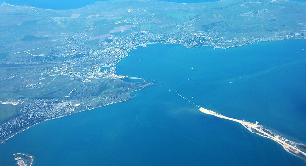 Вид на Остров Тузла и город Керчь из самолета