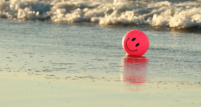 Детский мяч на берегу