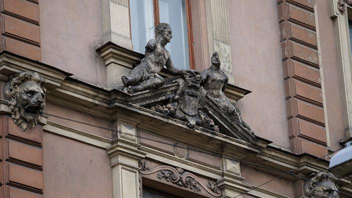 Разрушающиеся элементы фасада дома на улице Александра Чака