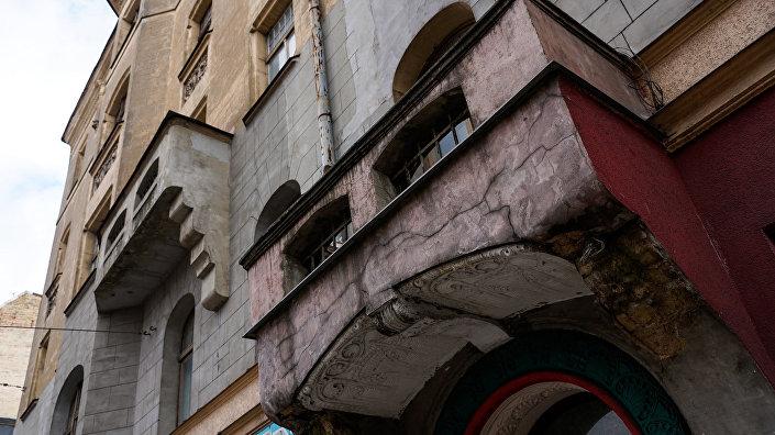 Элементы фасада дома на улице Александра Чака
