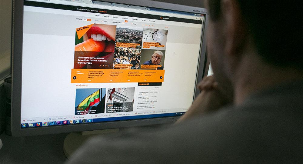 Пользователь читает новости на портале Sputnik Литва