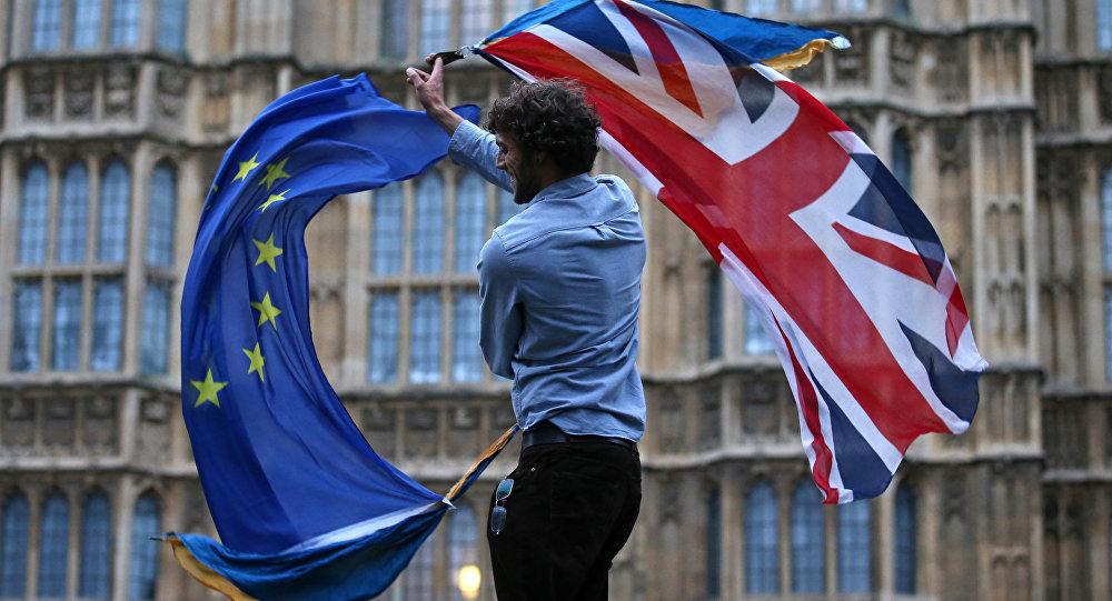 Lielbritānijas un Eiropas Savienības karogi