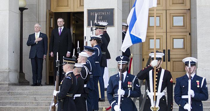 ASV Aizsardzības ministrs Džeims Matiss un Somijas aizsardzības ministrs Jusi Nīniste