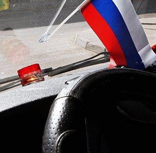 Krievijas karogs automašīnas salonā. Foto no arhīva