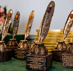 Награды лауреатам международного конкурса Янтарное перо от посольства России