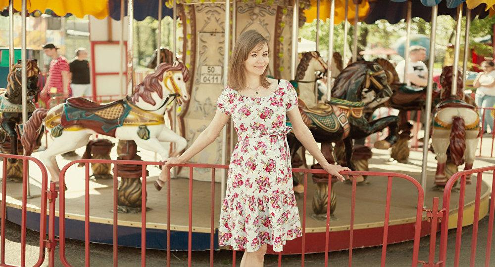 Девушка в парке аттракционов