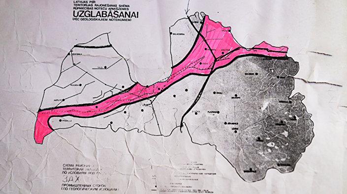 Красным указана линия Лиепайско-Псковской зоны тектонических разломных нарушений