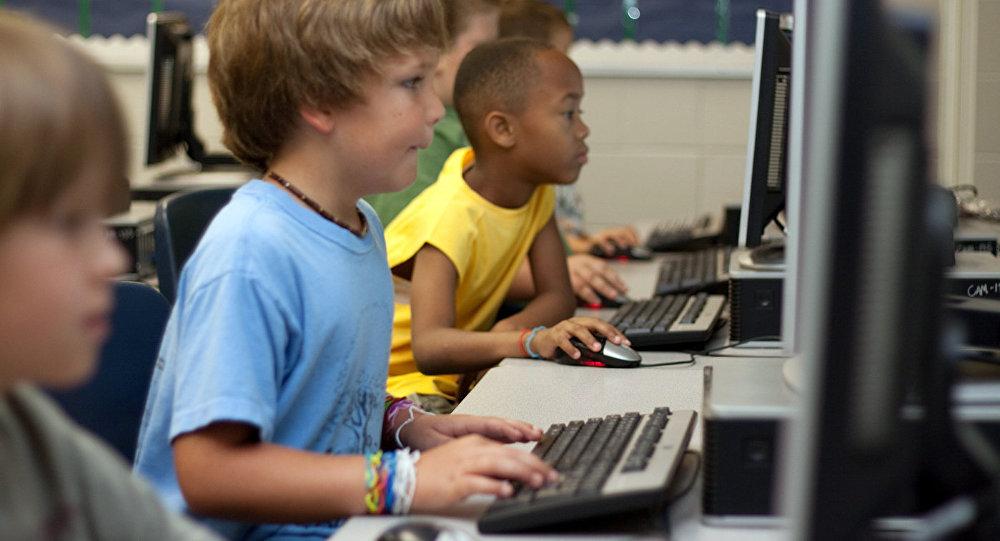 Bērni pie datora