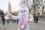 Человек в костюме Белого Кролика у здания Парламента в Лондоне