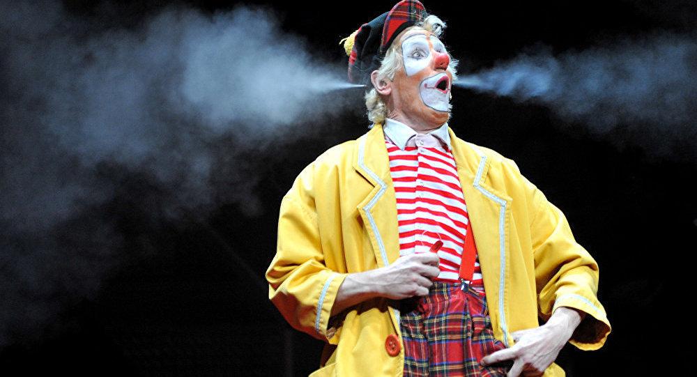 Клоун на арене цирка. Архивное фото