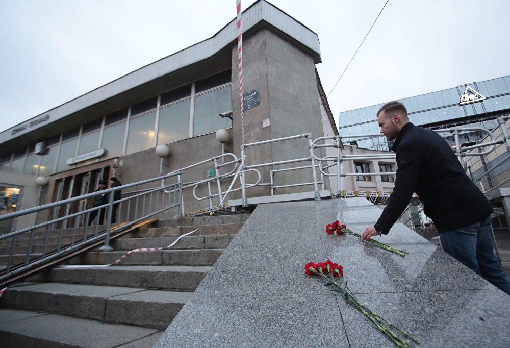 Ziedi Sanktpēterburgas metro bojāgājušo piemiņai