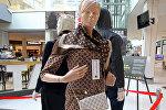 Поддельная одежда и сумка от Louis Vuitton