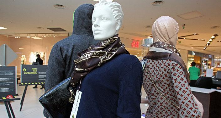 Viltots zīmolu Chanel un Louis Vuitton apģērbs un somiņa