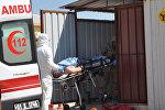 Машина скорой помощи доставляют в больницу пострадавших в приграничном городе Рейханлы в провинции Хатай
