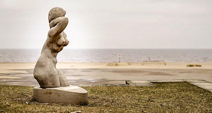 Фигура В море на пляже в Вецаки