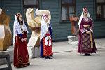 Женщины в национальных армянских костюмах