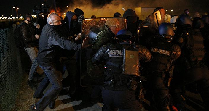 Demonstrantu izkliedēšana Francijā.