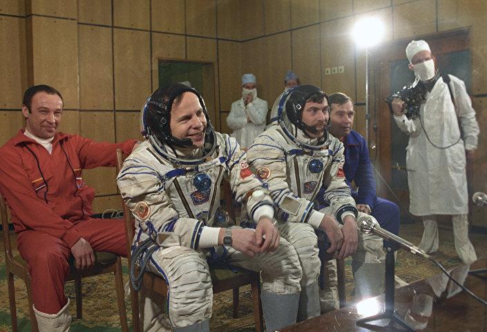 Летчики-космонавты СССР Анатолий Соловьев и Александр Баландин, февраль 1990