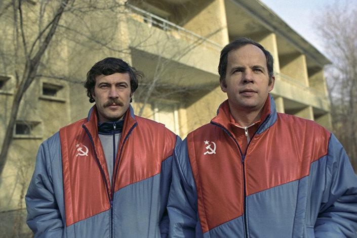 Летчики-космонавты СССР Александр Баландин и Анатолий Соловьев, апрель 1990