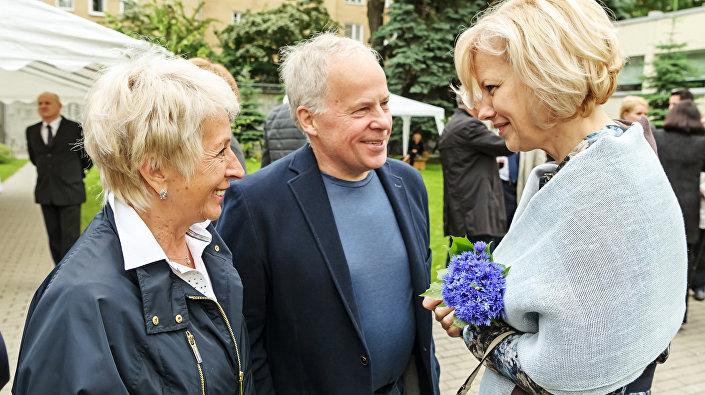 Анатолий Соловьев с женой Натальей и послом Латвии в России Астрой Курме, июнь 2016