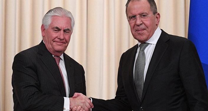 Министр иностранных дел РФ Сергей Лавров и Государственный секретарь США Рекс Тиллерсон (слева) в Москве