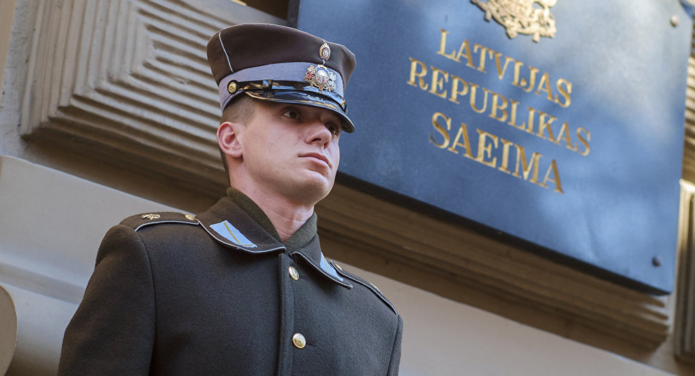 Почетный караул у здания Сейма Латвийской республики