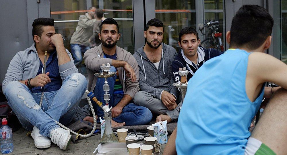 Беженцы с Ближнего Востока у выставочного центра в Гамбурге