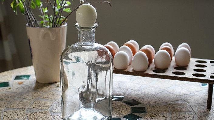 Как поместить целое яйцо в бутылку