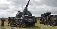 Артиллерийское орудие на церемонии приветствия многонационального батальона НАТО под руководством США в польском Ожише