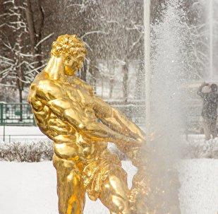 Пробное включение фонтанов в Петергофе
