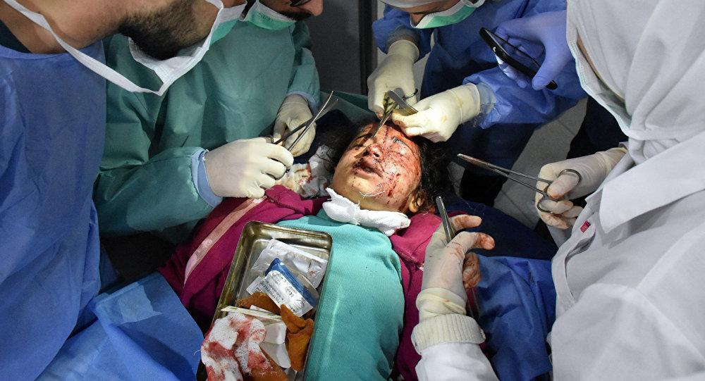 Сирийский ребенок, раненый взрывом смертника в районе Рашидин под Алеппо, 15 апреля 2017 года