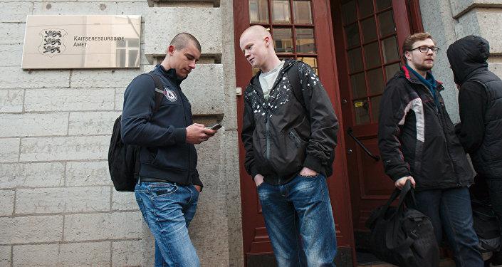 Igauņu jaunieši pie iesaukšanas punkta Tallinas centrā