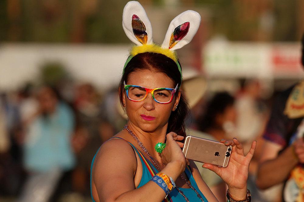Девушка с заячьими ушками на Коачелла-фест